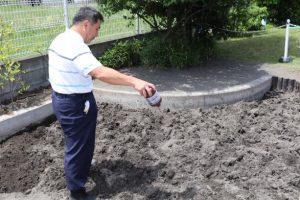 砂場の消毒作業を実施しました。